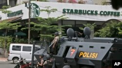 Xe cảnh sát bọc thép bên ngoài quán cà phê Starbucks sau vụ tấn công khủng bố ở Jakarta, Indonesia, ngày 14/1/2016.