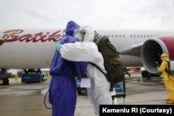 238 WNI yang dievakuasi dari Wuhan, China, tiba di bandara Hang Nadim, Batam, Minggu pagi (2/2). Selanjutnya akan diterbangkan ke Natuna untuk menjalani proses karantina selama 14 hari. (Foto: Courtesy/Kemenlu RI)