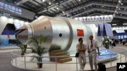 Mô hình tàu không gian Thần Châu 1 tại một cuộc triển lãm vũ trụ và không gian ở Trung Quốc.