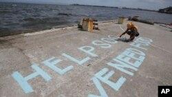 Nạn nhân bão kêu gọi giúp đỡ tại thành phố Tacloban, miền trung Philippines.