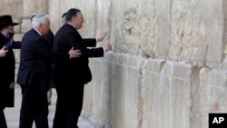 """美國國務卿蓬佩奧在以色利總理內塔尼亞胡的陪同下參觀""""西牆""""。"""