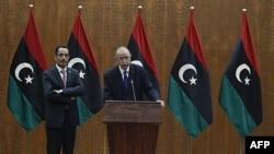 Thủ tướng lâm thời Libya Abdurrahim El-Keib (phải) và phát ngôn viên của NTC tại một cuộc họp báo ở Tripoli hôm 22/11/11
