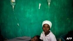 Devojčice obolele od kolere ispred jedne od bolnica na Haitiju
