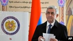 Presiden Armenia, Serzh Sargsyan, bersiap untuk memberikan suaranya di TPU dalam pemilihan anggota parlemen di Yerevan, Armenia, 2 April 2017 (foto: PAN Photo, Davit Hakobyan/Photo via AP)