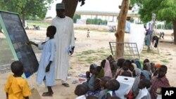 Jama'an da suka kauracewa gidajensu biyo bayan harin 'yan Boko Haram, sun samu mafaka a wata Makaranta, a Maiduguri. (File Photo)