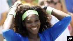 Serena Williams merayakan kemenangannya setelah mengalahkan petenis Ceko, Lucie Safarova (8/4).