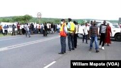Pessoas e viaturas retidas na fronteira de Ressano Garcia, Moçambique