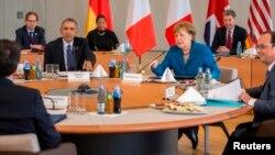 독일을 방문한 바락 오바마 미국 대통령(앞줄 왼쪽)이 25일 하노버에서 앙겔라 메르켈 독일 총리(앞줄 가운데)와 프랑수아 올랑드(앞줄 오른쪽)와 회담하고 있다.