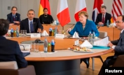 German Chancellor Angela Merkel sits at table with U.S. President Barack Obama, French President Francois Hollande (R) and Italian Prime Minister Matteo Renzi before their meeting in Schloss Herrenhausen in Hanover, Germany, April 25, 2016.