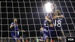 Pemain Jepang merayakan kemenangan setelah menyingkirkan Korea Selatan lewat adu penalti di semifinal Piala Asia hari Selasa (25/1).