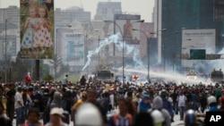 Fòs sekirite yo kap voye dlo sou manifestan yo pandan yon pwotestasyon kont gouvènman Venezyelyen Pwezidan Nicolas Maduro a nan Karakas, Venezyela,, 22 Me 2017.