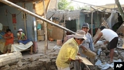魯地震後居民忙於收拾。
