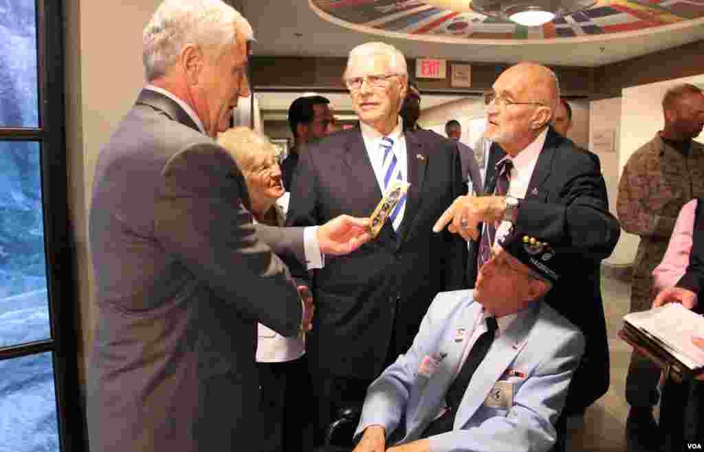 18일 미국 국방부 청사에서 열린 한국전쟁기념 전시관 개관식에서척 헤이글 미 국방장관이 한국전 참전용사와 대화를 나누고 있다.