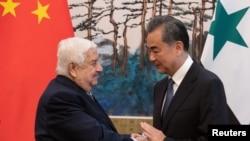 中國外長王毅和敘利亞副總理兼外長瓦利德·穆阿利姆2019年6月18日在北京釣魚台國賓館舉行記者會後握手。