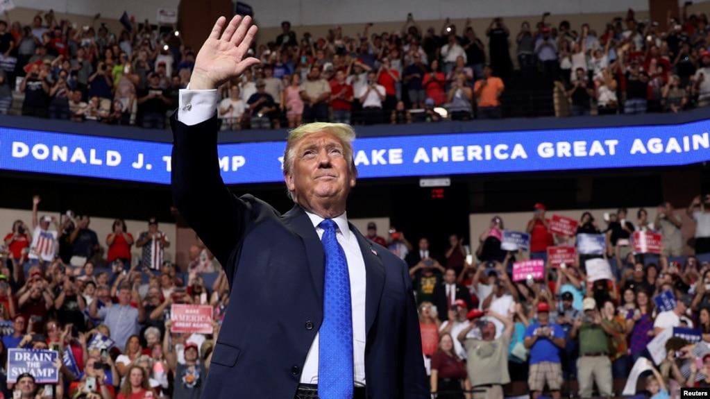 """Tổng thống Donald Trump phát biểu với các người ủng hộ trong cuộc tập họp """"Làm nước Mỹ vĩ đại trở lại"""" tại Southhaven, Missisipi, ngày 2/10/2018."""