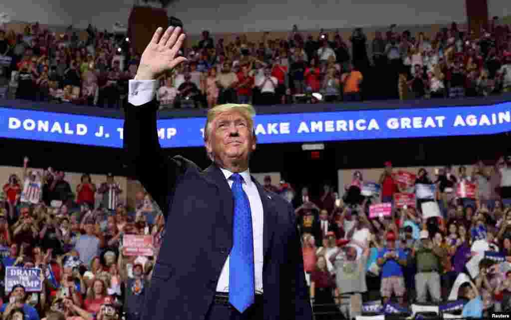 도널드 트럼프 미국 대통령이 미시시피주 사우스에이븐에서 열린 선거 유세에서 손을 흔들어 보이고 있다.