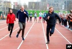 Hoàng tử Harry (phải) chạy cùng anh trai, hoàng tử William (giữa) và chị dâu Kate để chuẩn bị cho một sự kiện từ thiện ở Công viên Nữ hoàng Elizabeth II Park tại London, ngày 5/2/2017.