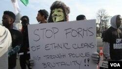 흑인을 상대로 한 경찰의 과잉 대응에 항의하는 수천 명의 시위대가 13일 백악관에서 국회의사당 방향으로 행진하고 있다.