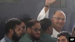 Pemimpin Partai Nasionalis Bangladesh (BNP) Salauddin Quader Chowdhury melambaikan tangannya saat tiba di mahkamah kejahatan perang di Dhaka, 2013. (AP/A.M. Ahad)