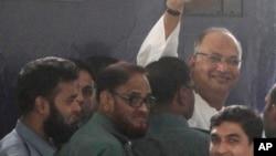Pemimpin oposisi senior Bangladesh, Salauddin Quader Chowdhury melambaikan tangan kepada para pendukungnya setibanya di ibukota Dhaka, untuk menghadiri persidangan khusus kejahatan perang (foto: dok).