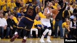 미국 NBA 골든스테이츠 워리어스의 스티판 커리(오른쪽) 클리블랜드 캐벌리어스 제임스 르브론 앞에서 슛을 쏘고 있다.