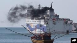 Sebuah kapal yang mengangkut para pekerja China meninggalkan pelabuhan Vung Ang, provinsi Ha Tinh, Vietnam, Senin (19/5).