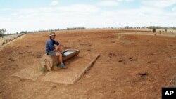 En esta foto de archivo de 2006 se observa al agricultor Andrew Higham contemplando la sequía en el terreno de su propiedad en New South Wales, noroeste de Australia.