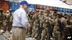 미군장병들과 대화를 나누는 게이츠 장관