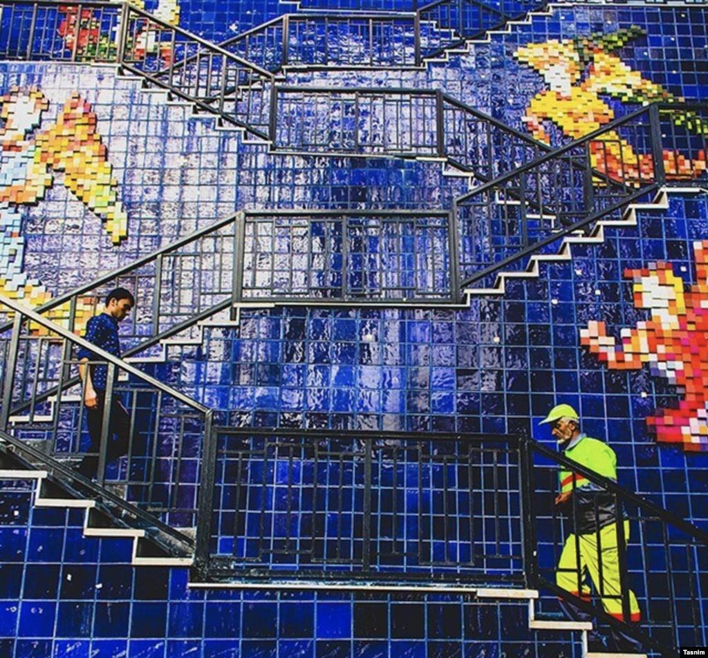 پله های رنگانگ خیابان ولیعصر عکس: مصطفی عسگری