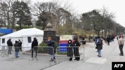 2020年3月,纽约布鲁克林怀疑感染covid-19的居民排队等待医学检测。