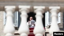 Le pape François lors de la priere dominicale sur la place Saint Pierre au Vatican, le 18 décembre 2016.