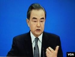 2020年5月24日,中国外长王毅在北京人民大会堂举行的视频记者会上。(美国之音叶兵拍摄)