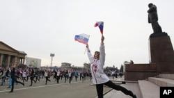 图为俄罗斯民众4月6日参加集体锻炼活动