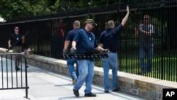 Сотрудники устанавливают дополнительное ограждение на забор вокруг Белого дома в Вашингтоне (архивное фото)