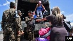 Жители Венесуэлы пересекают границу с Бразилией в городе Пакараима, 27 февраля 2019 года