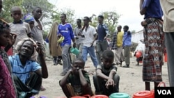 Pengungsi Somalia antri pembagian bantuan pangan di Mogadishu (foto: dok). Sedikitnya 250.000 orang warga Somalia masih menghadapi kondisi kelaparan.