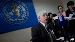 世衛駐華代表在記者會上講解情況