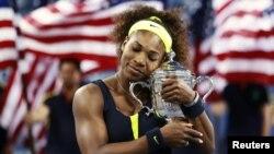Williams abraza el trofeo del Abierto de Estados Unidos, luego de vencer a la bielorrusa Victoria Azarenka en la final del torneo.