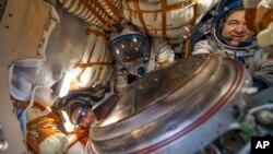 Ba phi hành gia Jeff Williams (trái), Alexy Ovchinin (giữa) và Oleg Skripochka trong tàu Soyuz sau khi hạ cánh xuống miền trung Kazakhstan vào sáng sớm hôm 7/9. (Ảnh do NASA cung cấp)