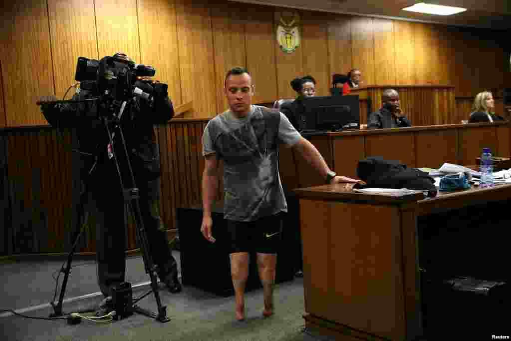 Le médaillé paraolympique Oscar Pistorius traverse la salle sans ses prothèses lors de son troisième jour d'audience, jugé pour le meurtre de sa compagne Reeva Steenkamp en 2013, à Pretoria, Afrique du Sud, le 15 juin 2016. Lire la suite ici.