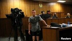 Le médaillé paraolympique Oscar Pistorius traverse la salle sans ses prothèses lors de son troisième jour d'audience, jugé pour le meurtre de sa compagne Reeva Steenkamp en 2013, à Pretoria, Afrique du Sud, le 15 juin 2016.