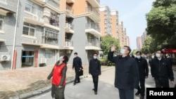 中國國家主席習近平在視察武漢一個居民區時向被隔離的居民招手致意。(2020年3月10日)