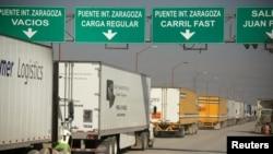 排队等待从墨西哥华雷斯城通关进入美国的货运卡车。(2019年12月12日)
