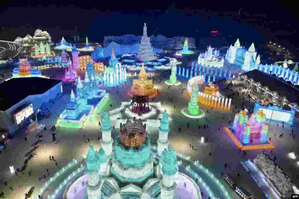 """2019年1月7日,中国黑龙江省哈尔滨举行的每年一度的哈尔滨冰雪节,冰雕""""玉砌"""",五彩斑斓。中国政府经常邀请外国记者参观哈尔滨冰雪节,所以西方摄影记者拍摄了不少照片。"""