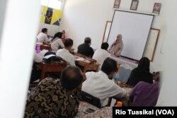 Puluhan guru dari Kota Bandung mengikuti Guru Modis (moderat, inovatif, inspiratif, dan santun), Rabu (23/10/2019) siang. (VOA/Rio Tuasikal)
