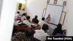 Puluhan guru dari Kota Bandung mengikuti Guru Modis (moderat, inovatif, inspiratif, dan santun), Rabu (23/10) siang. (VOA/Rio Tuasikal)