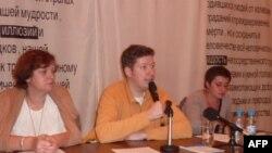 Алексей Козлов выступает в Сахаровском центре в Москве.