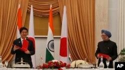 아베 신조(왼쪽) 일본 총리와 만모한 싱 인도 총리가 정상회담 뒤 양해각서를 교환하고 있다.