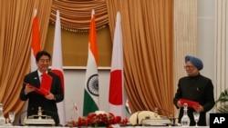 Dalam foto tertanggal 25/1/2014 PM Jepang Abe dan PM India saat itu Manmohan Singh dalam pertemuan di India. PM India yang baru, Narendra Modi, akan melawat ke Jepang (20/8/2014) untuk membahas hubungan bilateral pertahanan dan ekonomi.