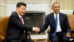 美国总统奥巴马(右)在白宫椭圆形办公室接待到访的中国国家主席习近平。(2015年9月25日)